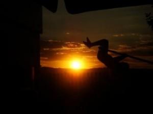 uma-crianca-brincando-ao-por-do-sol_19-135828